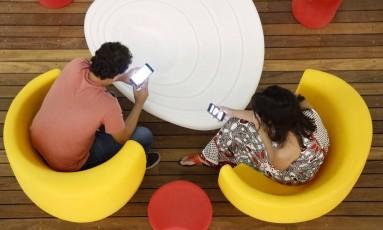 Acesso de adolescentes à internet, às redes sociais e a aplicativos de troca de mensagens é cada vez maior Foto: Fábio Rossi / Agência O Globo