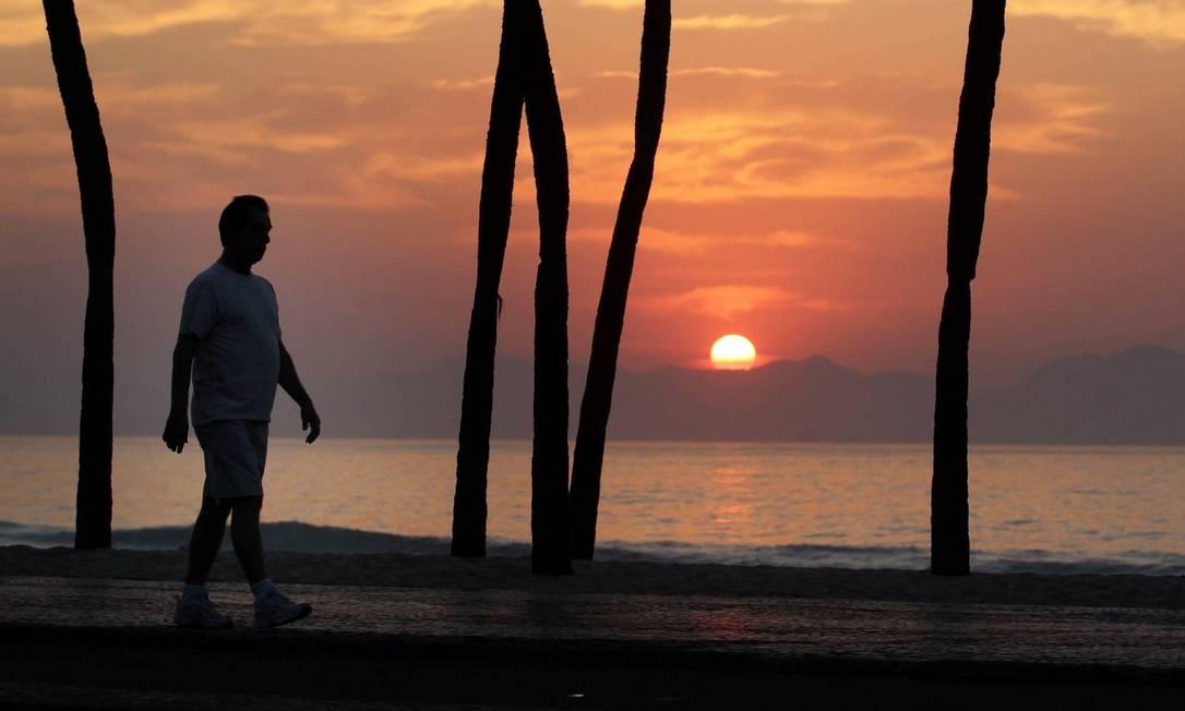 Homem caminha em Copacabana: testes em adultos saudáveis andando em ritmo constante a 3,6 km/h mostraram a ação do impacto suave dos pés nas artérias Foto: / Márcia Foletto