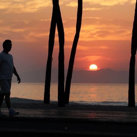 Homem caminha em Copacabana: testes em adultos saudáveis andando em ritmo constante a 3,6 km/h mostraram a ação do impacto suave dos pés nas artérias Foto: Márcia Foletto