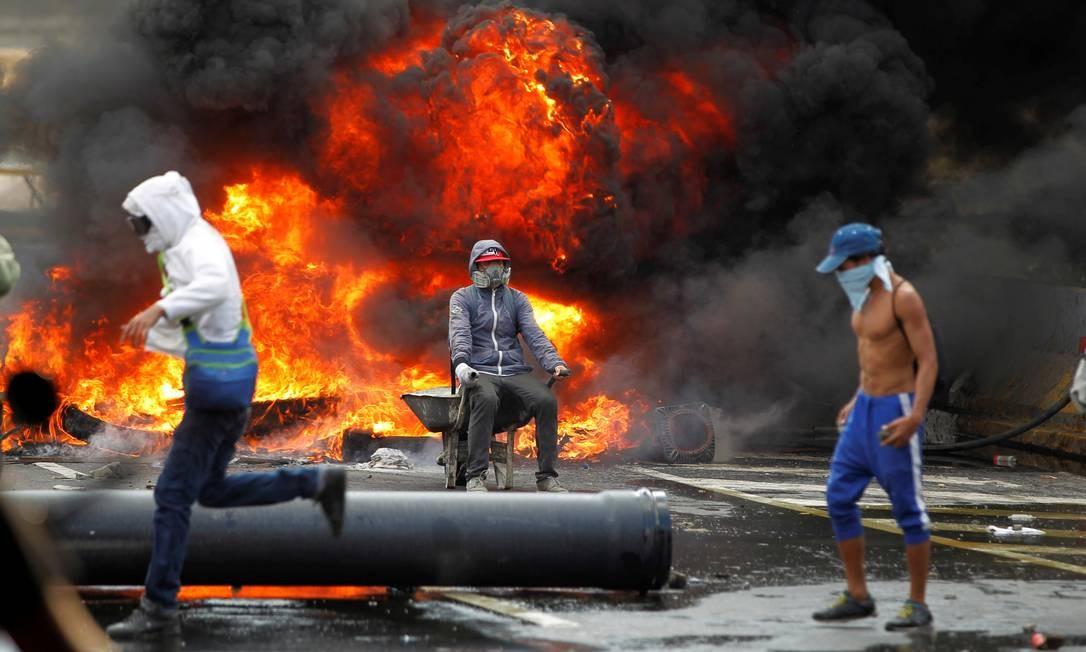 Manifestantes montaram barricadas de fogo contra o governo de Nicolás Maduro Foto: CHRISTIAN VERON / REUTERS