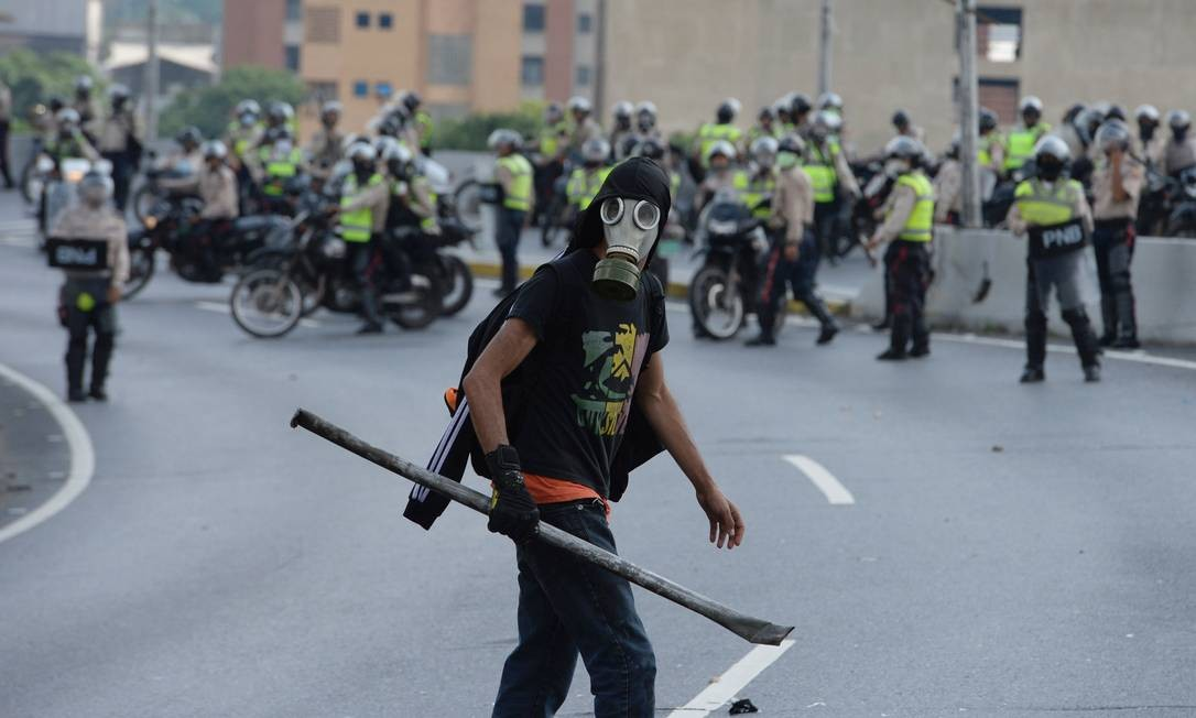 Em três semanas de manifestações, mais de 20 pessoas morreram em confrontos Foto: FEDERICO PARRA / AFP