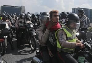 Policiais usaram até motocicletas para deter manifestantes Foto: Fernando Llano / AP
