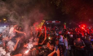 Torcedores do Flamengo recepcionam o ônibus do time na chegada ao Santos Dumont Foto: Guito Moreto