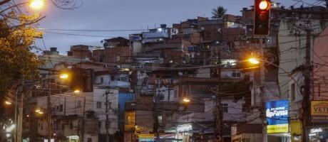 Anoitecer no Complexo do Alemão Foto: Alexandre Cassiano / Agência O Globo