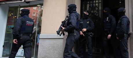Polícia espanhola prende nesta terça-feira suspeitos relacionados aos ataques de Bruxelas no ano passado Foto: ALBERT GEA / REUTERS