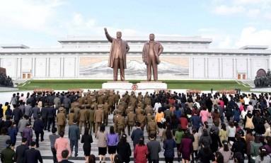 Norte-coreanos celebram o 85º aniversário do seu Exército, em imagem divulgada por agência oficial do governo de Pyongyang Foto: KCNA / REUTERS