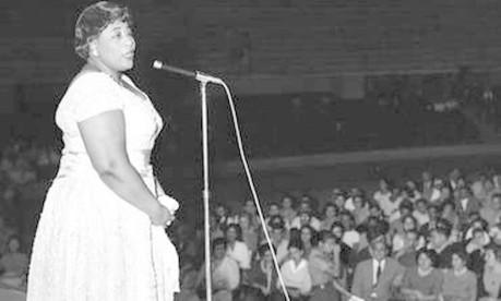 Apoio. No Maracanãzinho, no Rio, a cantora Ella Fitzgerald faz show organizado pela Cadeia Nacional de Solidariedade em benefício das vítimas das enchentes do Nordeste Foto: 30/04/1960 / Agência O Globo