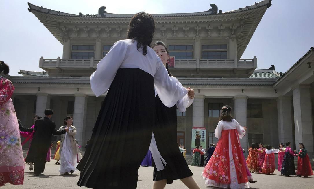 Norte-coreanos dançam nesta terça-feira no aniversário de 85º anos do Exército do país, em Pyongyang. Apesar do aumento das tensões na península coreana, o clima na capital da Coreia do Norte estava calmo Foto: Eric Talmadge / AP