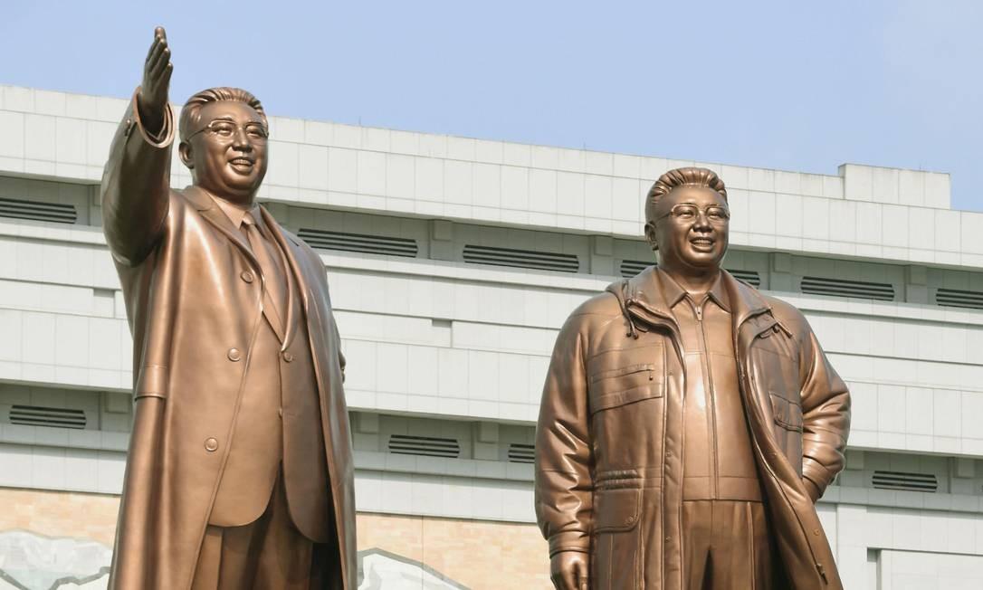 Norte-coreanos caminham em frente às estátuas de bronze dos ex-líderes do país, em Pyongyang. Acredita-se que o regime de Kim Jong-Un poderia executar um sexto teste nuclear ou lançar novos mísseis por ocasião do aniversário de 85 anos do seu Exército Foto: KYODO / REUTERS