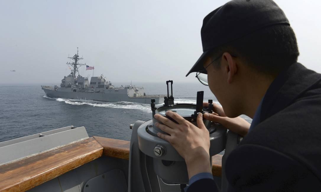Na foto divulgada pelo Ministério da Defesa da Coreia do Sul, um marinheiro observa o destróier USS Wayne durante exercícios conjuntos entre os Estados Unidos e o governo de Seul. A chegada do submarino americano à península é considerada uma nova demonstração de força do governo dos EUA Foto: AP