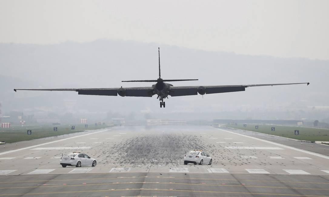 Um avião de espionagem da Força Aérea dos EUA se prepara para aterrissar na Base Aérea de Osan, em Pyeongtaek, Coreia do Sul. Nesta segunda-feira, Trump afirmou que o Conselho de Segurança da ONU deveria estar preparado para impor novas e mais fortes sanções a Coreia do Norte Foto: Hong Hae-in / AP