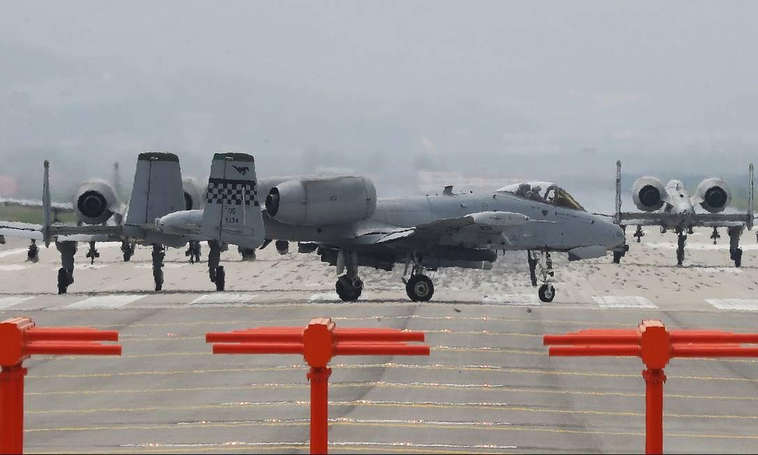 Os aviões de ataque A-10 da Força Aérea dos EUA preparam-se para decolar nesta terça-feira na base aérea de Osan, em Pyeongtaek, na Coreia do Sul. A Coreia do Norte vive um momento de alta tensão política na sua relação com os Estados Unidos, já tendo realizado dois testes de mísseis neste mês Foto: Hong Hae-in / AP