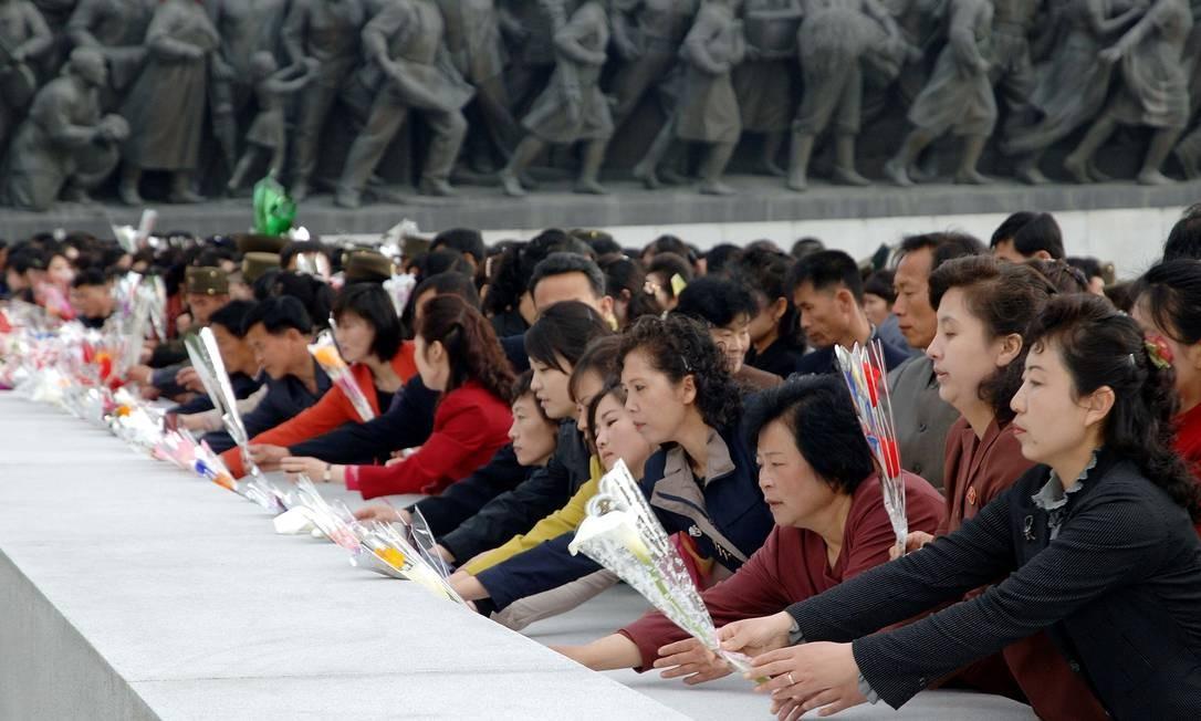 Pessoas no 85º aniversário do Exército norte-coreano. O governo de Pyongyang e os Estados Unidos vêm lançando uma série de ameaças verbais nas últimas semanas Foto: KCNA / REUTERS