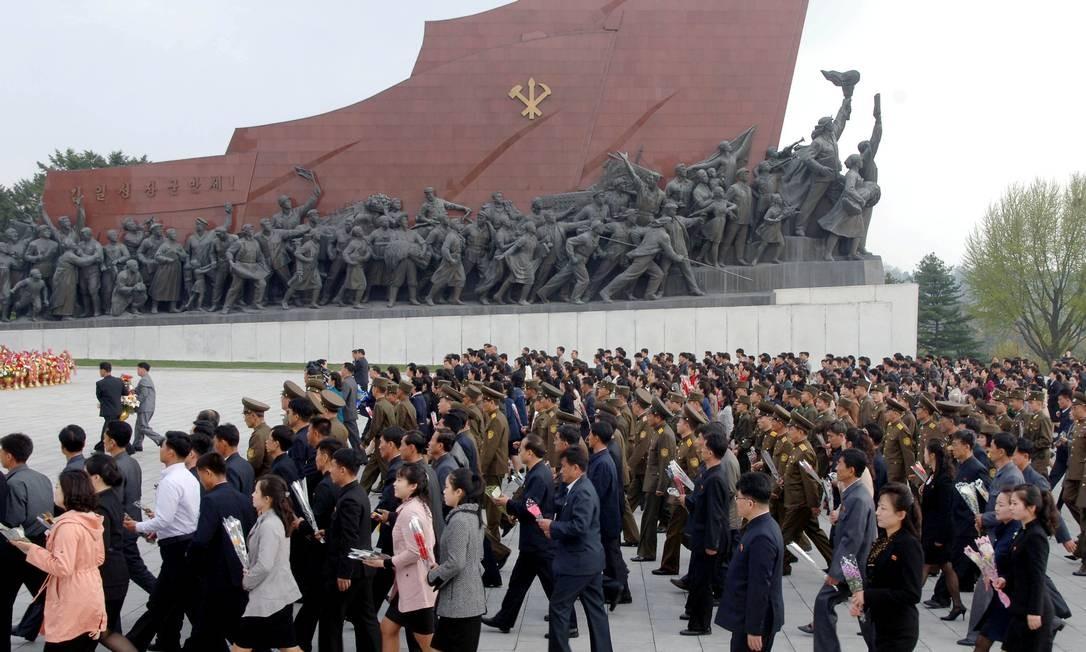 Norte-coreanos comemoram o aniversário das forças armadas do país, nesta terça-feira. O regime de Kim Jong-Un considera que os exercícios conjuntos entre Estados Unidos e Coreia do Norte são um ensaio para a invasão de seu território e sonha desenvolver um míssil nuclear com capacidade de atingir o continente americano Foto: KCNA / REUTERS