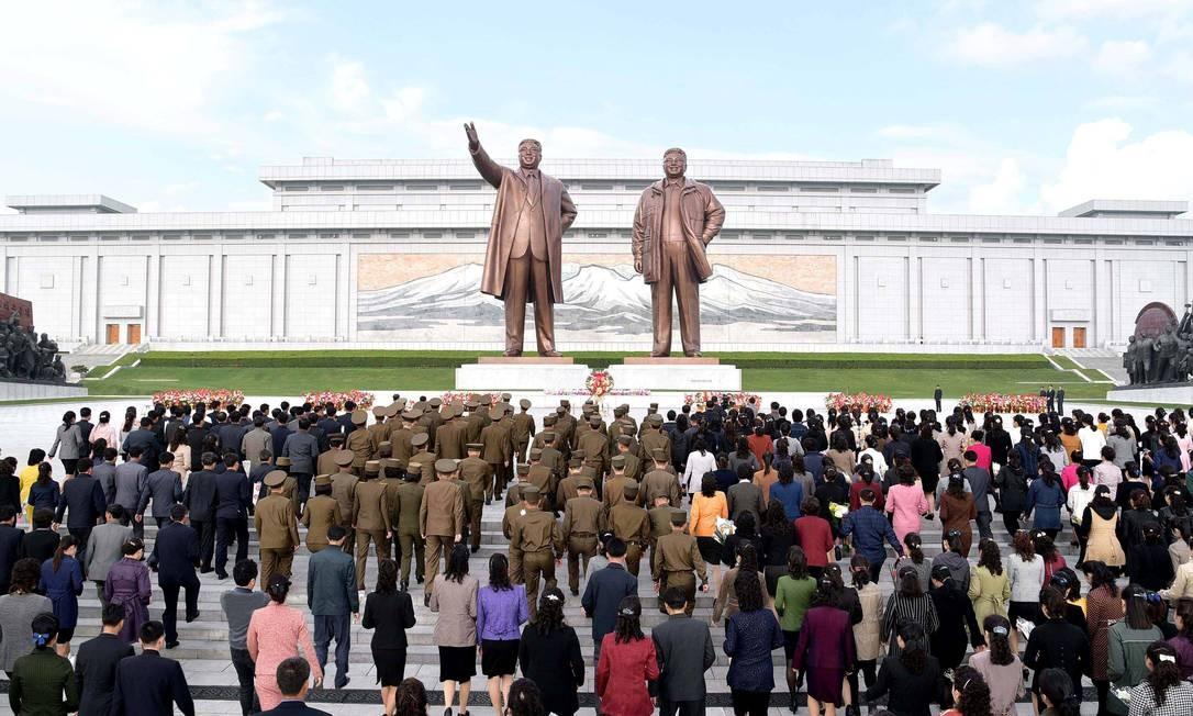 Moradores de Pyongyan participam de comemoração do aniversário do Exército norte-coreano, em frente às estátuas dos ex-líderes do país. Regime de Kim Jong-Un e Estados Unidos estão em meio a uma tensão militar Foto: KCNA / REUTERS