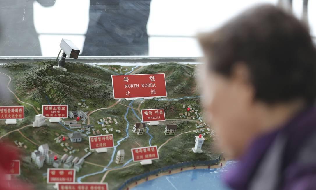 Um turista olha o mapa das cidades norte-coreanas nesta terça-feira, no observatório em Paju, na Coreia do Sul. Estados Unidos e China concordaram com a urgência da ameaça que representa os programas nucleares e de mísseis da Coreia do Norte, e se comprometeram a combinar seus esforços para desnuclearizar a península coreana Foto: Lee Jin-man / AP