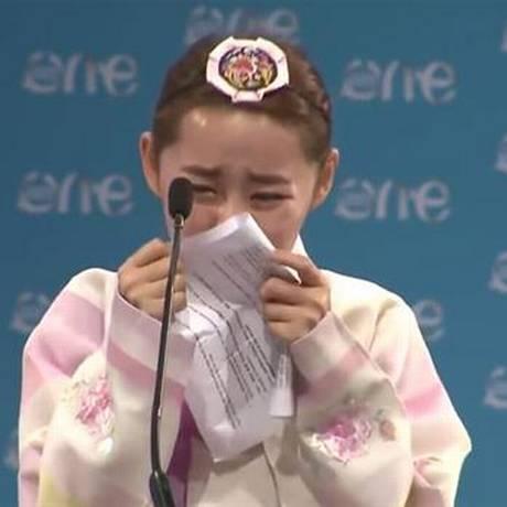 A norte-coreana Yeonmi Park se emociona no meio de seu discurso Foto: Reprodução