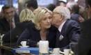 Em 2014, Jean-Marie Le Pen dá beijo na filha, Marine Le Pen, antes de ser expulso da Frente Nacional Foto: JOEL SAGET / AFP