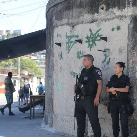 Policiais militares na entrada da Nova Brasília Foto: Marcia Foletto / Marcia Foletto