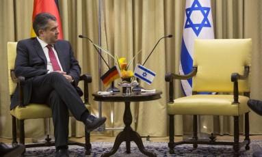 O ministro de Relações Exteriores alemão, Sigmar Gabriel, aguarda durante um encontro com o presidente de Israel, Reuven Rivlin, em Jerusalém Foto: Sebastian Scheiner / AP