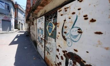 Paredes e portões com marcas de tiros no Complexo do Alemão Foto: Fabiano Rocha - 23/02/2017 / Agência O Globo