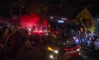 Ônibus do Flamengo é cercado pela torcida antes do embarque de jogadores para Curitiba Foto: Guito Moreto / Agência O Globo