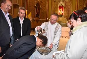 Filipe, um dos três filho de Toni Reis e David Harrad, sendo batizado na Catedral de Curitiba Foto: Arquivo Pessoal