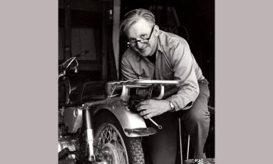 Robert M. Pirsig, autor de 'Zen e a arte da manutanção de bicicletas', em 1975 Foto: AP