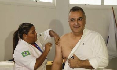 O secretário Carlos Eduardo é vacinado contra a gripe Foto: Gabriel de Paiva / Agência O Globo