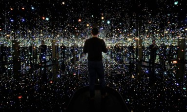 """A exposição tem salas como a """" Sala Espelhada Infinita - As almas a um milhão de anos luz de distância"""" Foto: JOSHUA ROBERTS / REUTERS"""
