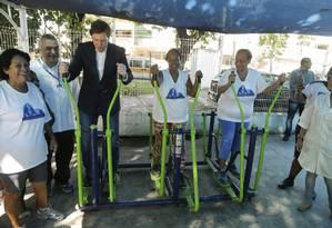 O prefeito Marcelo Crivella durante visita a uma unidade da Clínica da Família, em Padre Miguel Foto: Gabriel de Paiva / Agência O Globo