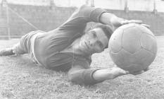 Personalidade. Manga treina no início da sua vitoriosa carreira no Botafogo Foto: 09/11/1959 / http://acervo.oglobo.globo.com/em-destaque/do-sport-ao-botafogo-inter-coritiba-gremio-barcelona-manga-brilhou-no-gol-21249555