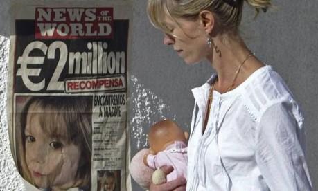 Ajuda. Kate McCann, mãe de Madeleine, passa por cartaz com números da polícia: campanha oferece US$ 3 milhões por notícias sobre menina Foto: Melanie Maps 14/5/2007 / AFP