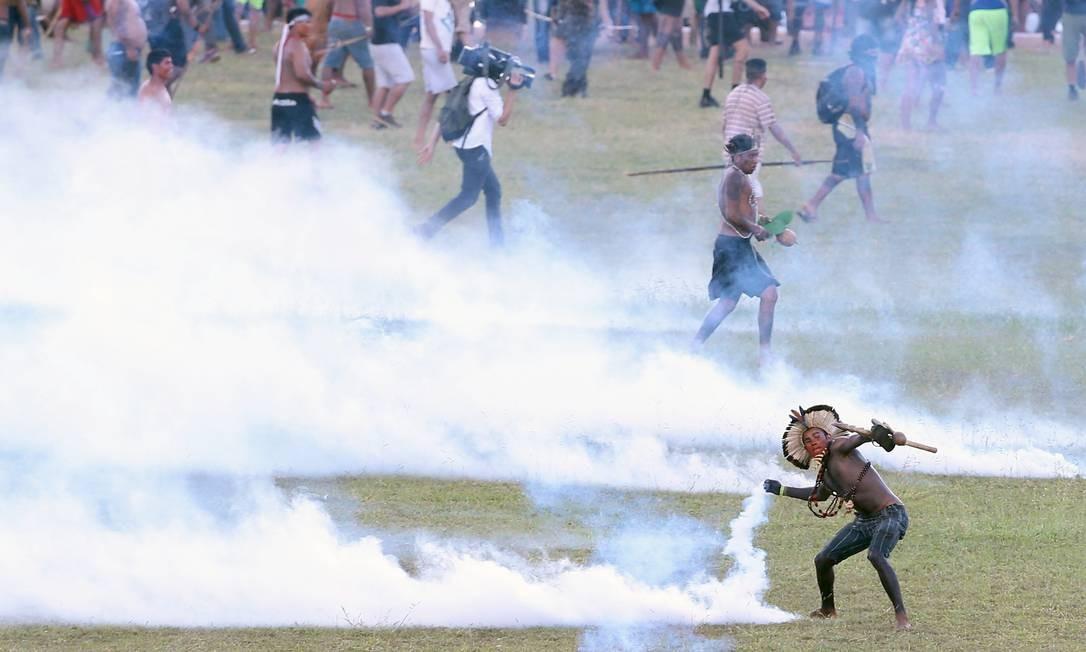 Índios entraram em confronto com a polícia em Brasília Foto: Jorge William / Agência O Globo