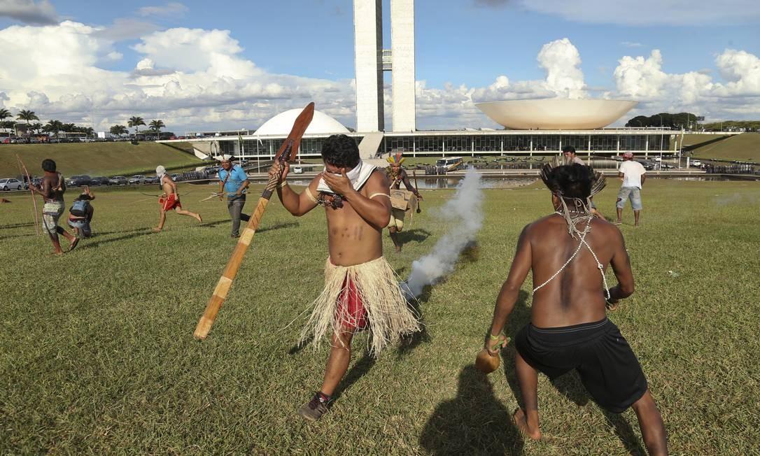 PM usou gás de pimenta e bombas de efeito moral para afastar os manifestantes Foto: Andre Coelho / Agência O Globo