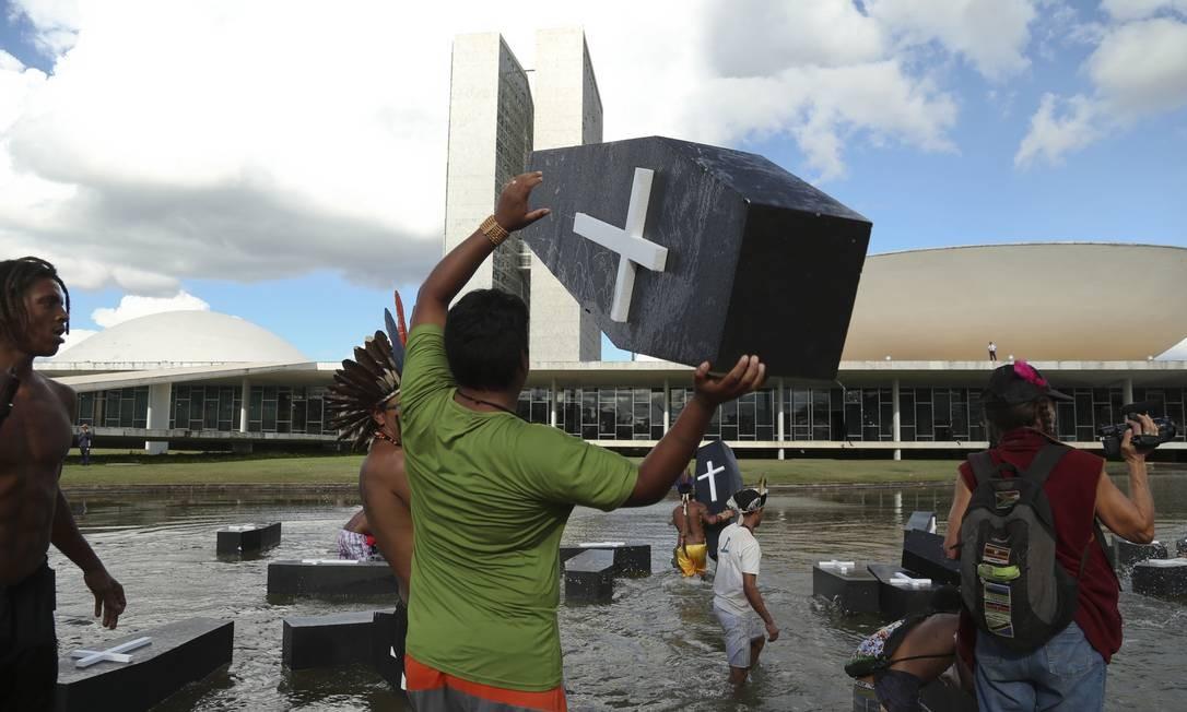 A polícia atacou os índios quando eles entraram no espelho d'água em frente ao Congresso Foto: Andre Coelho / Agência O Globo