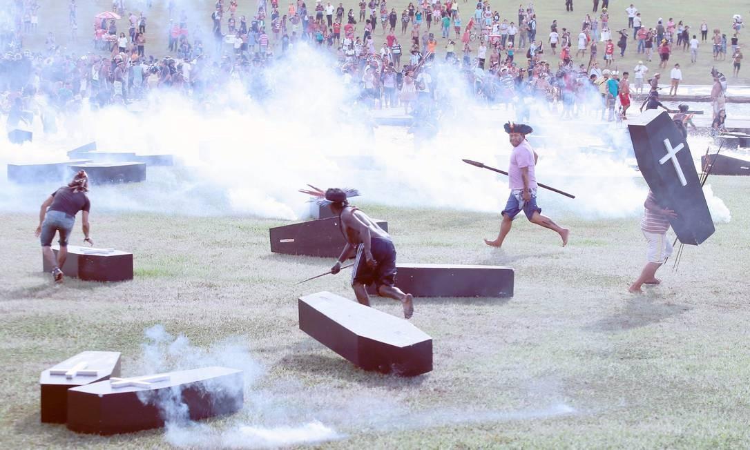 Caixões foram levados para o protesto Foto: Jorge William / Agência O Globo