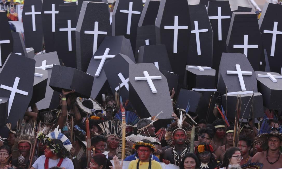 Índios lutam pela demarcação de suas terras Foto: Andre Coelho / Agência O Globo