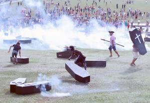 Polícia Militar usa gás lacrimogêneo, balas de borracha e gás de pimenta contra os manifestantes indígenas Foto: Jorge William / Agência O Globo