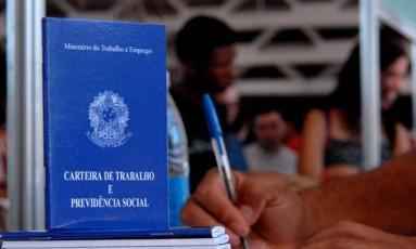 Carteira de trabalho Foto: Agência O Globo