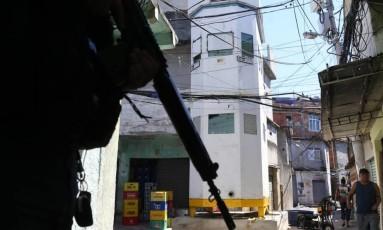Torre blindada no Complexo do Alemão Foto: Márcia Foletto / O Globo