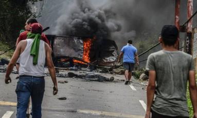 Manifestantes montam barricadas em protestos contra o presidente Nicolás Maduro, na cidade de San Cristobal Foto: GEORGE CASTELLANOS / AFP