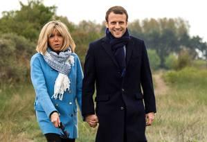 Romance. Emmanuel Macron, 39 anos, e Brigitte, 64: ex-professora é um dos principais nomes da campanha da centrista Foto: PHILIPPE HUGUEN / AFP/22-4-2017