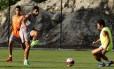 Henrique Dourado chuta a bola no treino do Flu, no CT da Barra Foto: Nelson Perez/Fluminense