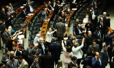 Câmara retirou o aumento da contribuição previdenciária dos servidores estaduais do projeto de socorro aos estados endividados Foto: Jorge William / Agência O Globo