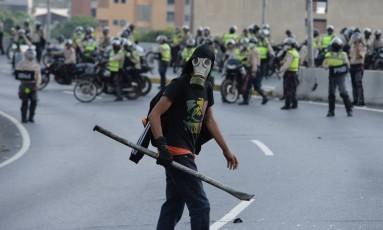 Manifestante entra em confronto com a polícia durante protesto contra o presidente venezuelano, Nicolás Maduro, em Caracas Foto: FEDERICO PARRA / AFP