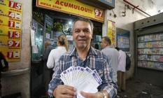 Reginaldo Ferreira, de 74 anos, aposta deste o início do sorteio, em 1996 Foto: Domingos Peixot / Agência O Globo