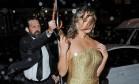 """Ela é uma bombshell. E agora teve seu momento Marilyn Monroe. A modelo Chrissy Teigen, mulher do cantor John Legend, foi traída pelo vento e quase mostrou demais na chegada do baile de gala da revista """"Time"""" Foto: AKMG / AKM-GSI"""