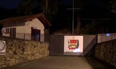O quartel do Batalhão de Choque da Polícia Militar em Florianópolis foi atacado por bandidos na noite desta terça-feira Foto: Reprodução/RBS TV