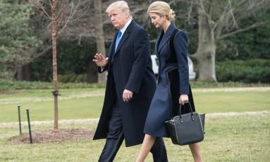 O presidente dos EUA, Donald Trump, caminha com sua filha Ivanka, em Washington. Ela tem o título de conselheira do seu governo e um escritório na asa ocidental da Casa Branca Foto: NICHOLAS KAMM / AFP